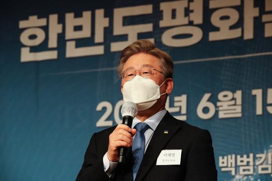 이재명 경기지사가 지난 15일 오후 서울 용산구 백범 김구 기념관에서 열린 민주평화광장·성공포럼 공동 토론회에 참석해 축사를 하고 있다. 오종택 기자