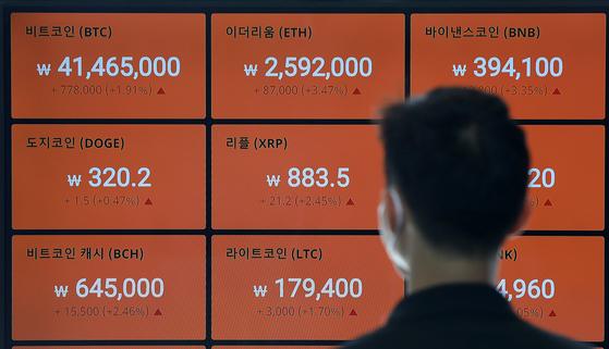 21일 서울 강남구 빗썸 강남고객센터에 비트코인을 비롯한 암호화폐(가상화폐) 시세가 표시되고 있다. 뉴스1