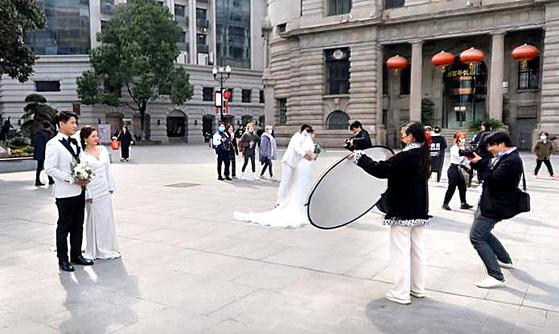 코로나19의 아픔을 뒤로 하고 일상으로 돌아온 중국 후베이성 우한의 모습. 지난 3월 박물관 앞에서 예비 신혼부부들의 웨딩 촬영이 한창이다. 우한=박성훈 특파원