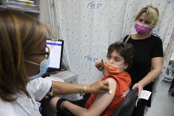 마스크 벗은지 며칠만에…'접종률 60%' 이스라엘도 뚫렸다