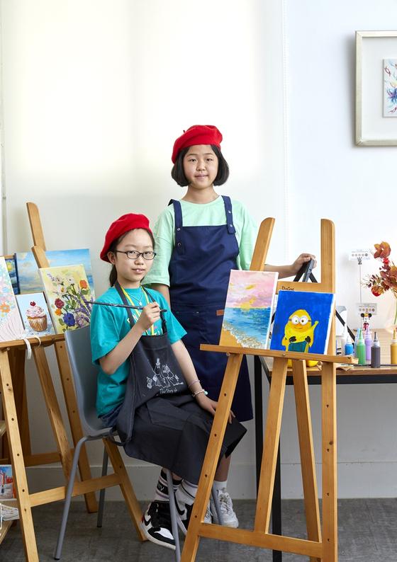 강라임(왼쪽)·윤수연 학생기자가 미술공간을 찾아 아크릴 물감의 활용법을 알아보고 직접 아크릴화도 그려봤다.