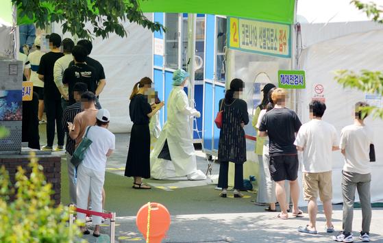 휴일인 지난 20일 대전의 한 보건소에 마련된 코로나19 선별진료소을 찾은 시민들이 의료진에게 검사를 받기위해 차례를 기다리고 있다. 프리랜서 김성태