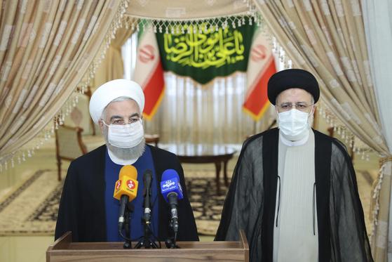 하산 로하니 이란 대통령(왼쪽)과 세예드 에브라힘 라이시 대통령 당선인이 19일 기자회견을 하고 있다. [AP=연합뉴스]