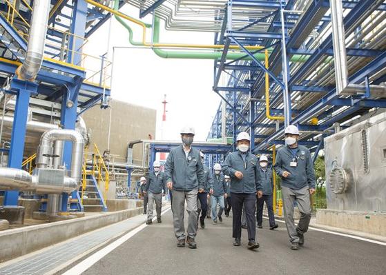 장희구 코오롱인더스트리 대표(가운데)가 지난 18일 직원들과 함께 여수공장을 둘러보고 있다. 사진 코오롱인더스트리