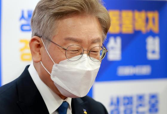 이재명 경기도지사가 22일 서울 영등포구 이룸센터에서 열린 '개식용 및 반려동물 매매 관련 제도개선 국회 토론회'에 참석해 취재진의 질문에 답하고 있다.뉴스1