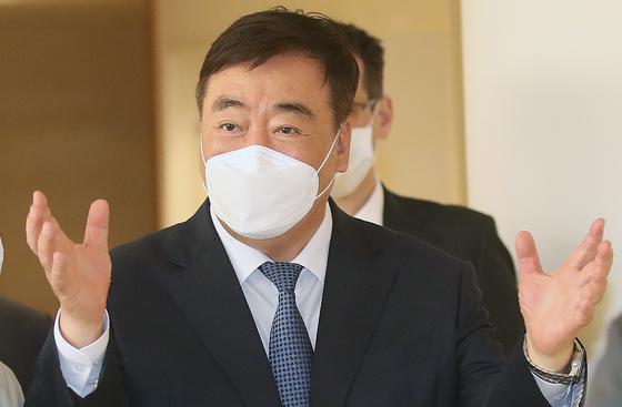 싱하이밍 주한중국대사가 지난 21일 김오수 검찰총장을 예방했다. 사진은 싱 대사가 지난달 24일 오후 서울 중구 소월로 밀레니엄힐튼 호텔에서 열린 중국공산당 100년과 중국의 발전 세미나에 참석해 발언하는 모습. 뉴스1