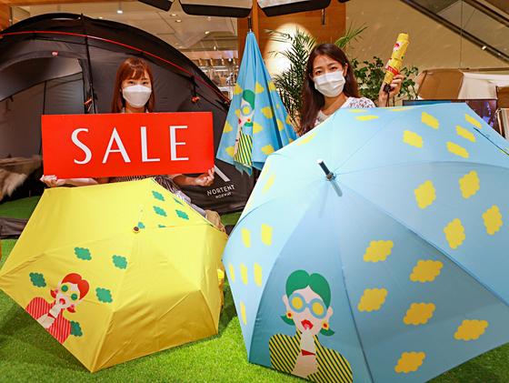 대한민국 동행세일이 24부터 7월11일까지 18일 동안 펼쳐진다. 롯데·신세계·현대백화점은 여름 정기세일도 겸해 다양한 할인행사를 마련했다. 롯데백화점은 10만원 이상 구매시 한정수량으로 '서머 우산'을 증정한다고 밝혔다. [사진 롯데백화점]
