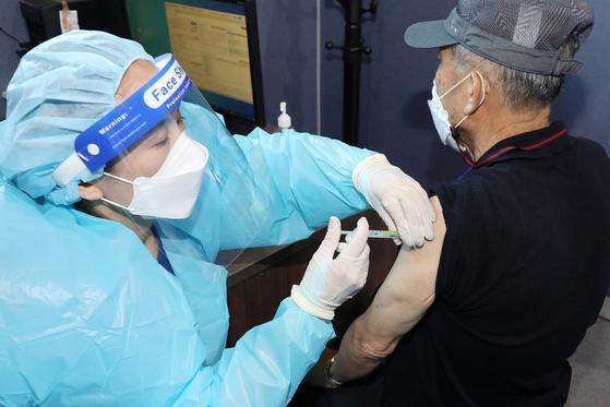 지난 21일 오전 대구 성서산업단지 다목적체육관에 마련된 달서구 성서예방접종센터에서 한 어르신이 코로나19 백신을 맞고 있다. 뉴스1