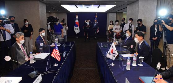한미 북핵 수석대표인 노규덕 외교부 한반도평화교섭본부장과 성 김 미국 대북특별대표는 21일 한미 워킹그룹을 종료하는 방향에 대해 합의했다. 이로써 한미 워킹그룹은 출범 약 2년7개월만에 해체 수순을 밟을 예정이다. [뉴스1]