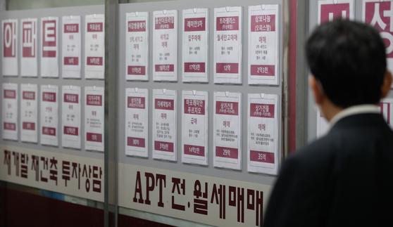 21일 서울시내 부동산 중개업소에 매물 정보가 붙어있다. 이날 한국부동산원 아파트 가격 동향 시계열 자료에 따르면 서울 아파트 전셋값은 2019년 7월 첫째 주부터 102주 동안 연속으로 올랐다. 지난달 전세거래량도 7691건으로 작년 동기간 대비 절반으로 줄었다. [뉴스1]