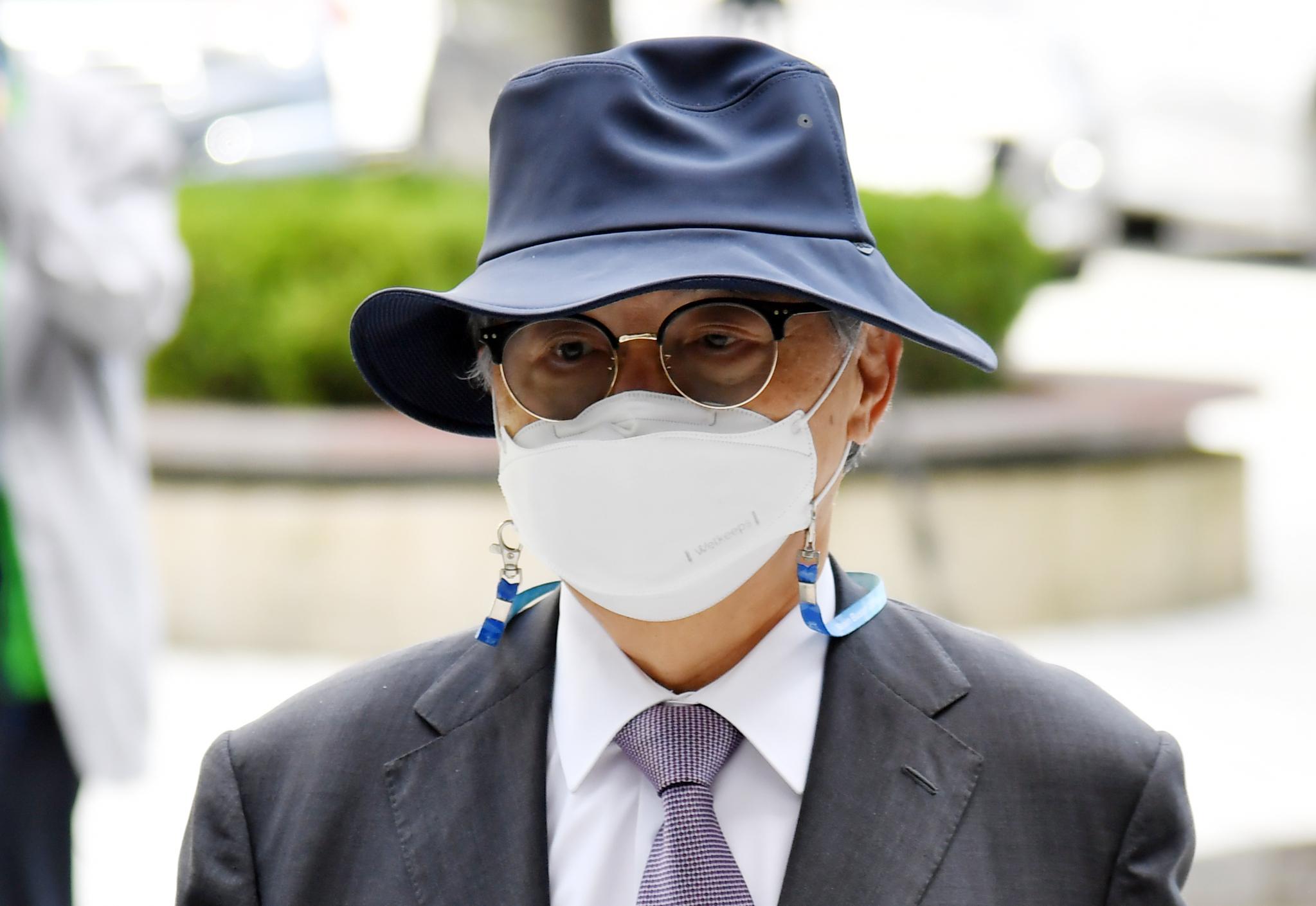 직원 강제추행 등의 혐의로 기소된 오거돈 전 부산시장이 21일 오전 2차 결심공판에 출석하기 위해 부산 연제구 부산지법에서 법정으로 향하고 있다. 중앙포토