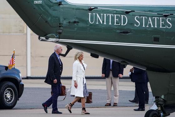 조 바이든 미국 대통령과 부인 질 여사가 지난 20일 델라웨어주에서 주말을 보낸 뒤 백악관으로 돌아오고 있다. [로이터=연합뉴스]