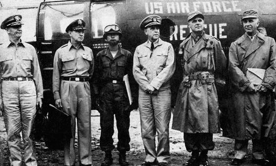 1951년 7월 리지웨이 유엔군 총사령관(왼쪽에서 넷째)과 함께 한 유엔군측 휴전협상 대표. 왼쪽 셋째가 백선엽 장군. [중앙포토]