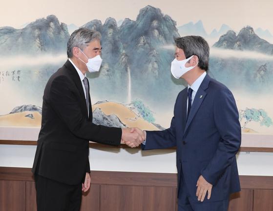 이인영 통일부 장관이 22일 오전 통일부를 방문한 성 김 미국 국무부 대북특별대표를 맞이하고 있다. [뉴스1]