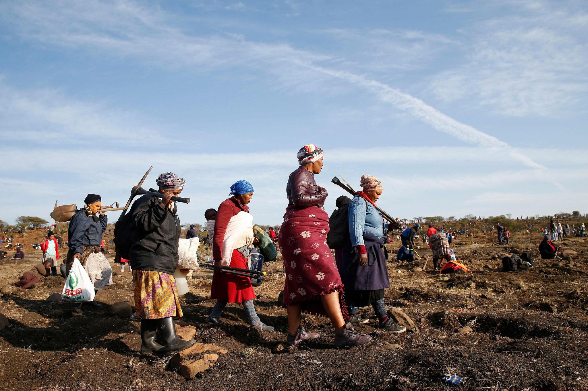 남아프리카공화국 콰줄루나탈주 콰흘라티 지역에서 한 무리가 다이아몬드를 찾기 위해 곡괭이로 땅을 파고 있다. AFP=연합뉴스