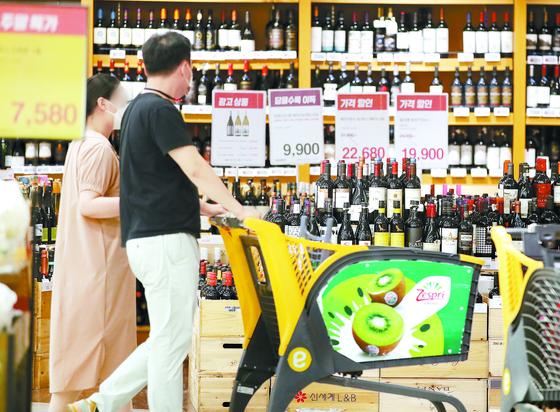 생활 물가 오름세가 이어지고 있다. 20일 한 대형마트에서 장을 보고 있는 시민들. [뉴스1]
