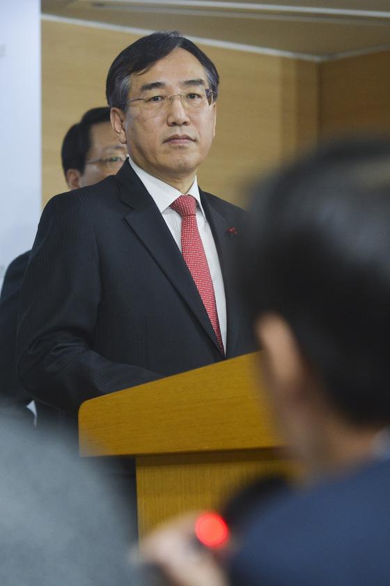 이석준 국무조정실장이 2일 오전 서울 세종로 정부서울청사 3층 합동브리핑실에서 북한에 대한 한국정부의 독자제재안을 발표하고 있다.