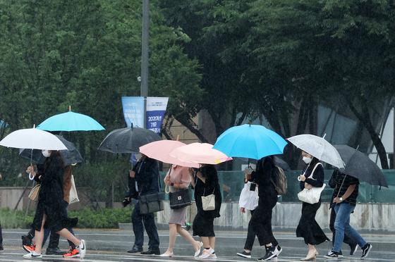 지난 18일 오전 서울 종로구 광화문네거리에서 시민들이 우산을 쓴 채 출근하고 있다. 뉴스1