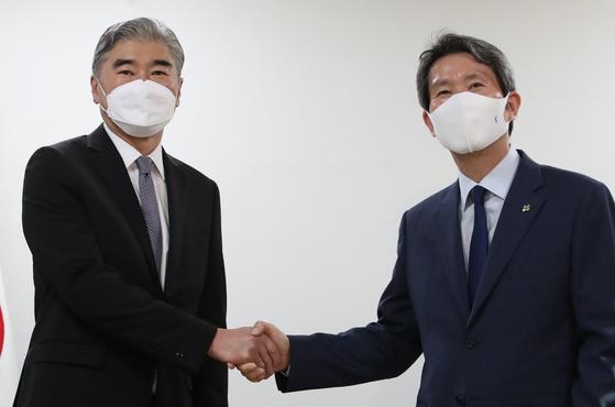 이인영 통일부 장관(오른쪽)이 22일 정부서울청사 통일부 장관실을 찾은 성 김 미국 대북특별대표와 인사하고 있다. 연합뉴스
