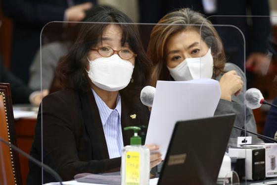 부동산 비위 의혹을 받는 윤미향(왼쪽), 양이원영 의원이 22일 더불어민주당 의원총회에서 제명됐다.