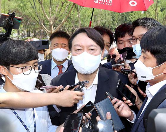 지난 9일 열린 우당기념관 개관식에 참석한 윤 전 총장이 취재진의 질문을 받고 있다. 우상조 기자