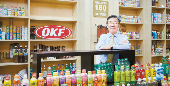 OKF는 하루에 800만 병, 1년에 30억 병을 생산할 수 있는 아시아 수출 1위 기업이다. 이상신 회장이 180개국에 수출하며 550여 글로벌 파트너와 함께 꾸준하게 성장하고 있는 알로에베라킹 제품을 들어 보이고 있다.  프리랜서 조인기