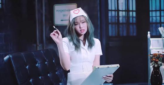 걸그룹 블랙핑크의 '러브식 걸즈'(Lovesick girls) 뮤직비디오에서 문제가 된 장면. 유튜브 캡처