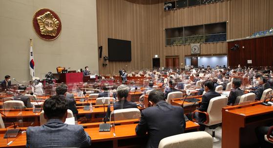 더불어민주당 의원총회가 22일 오전 서울 여의도 국회에서 열리고 있다. 연합뉴스