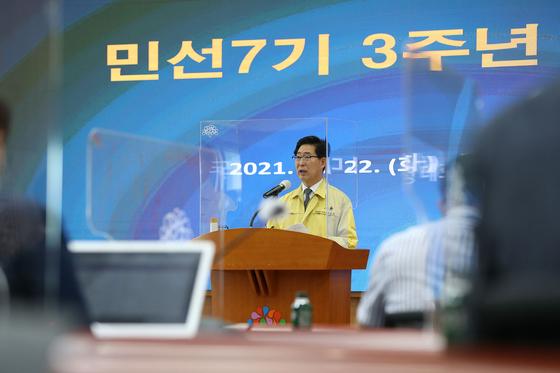 양승조 충남지사가 22일 충남도청에서 민선3기 3주년 기자간담회를 갖고 3년간의 성과와 과제를 설명하고 있다. [사진 충남도]