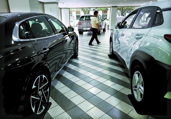 서울시내 한 자동차 매장에 자동차가 전시돼 있다. 연합뉴스