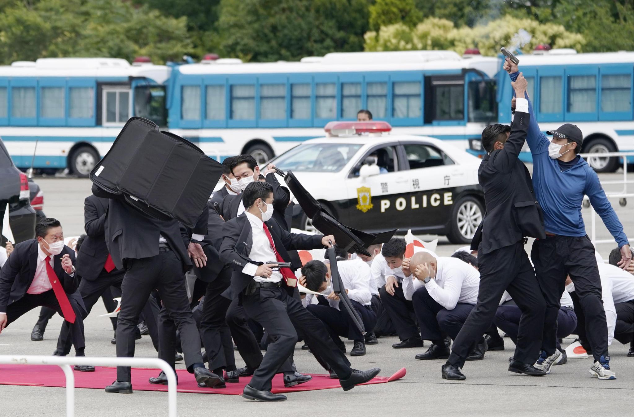 일본 도쿄올림픽을 한 달 앞둔 22일 일본 경찰이 올림픽 대비 대테러 훈련을 하고 있다. 교도=연합뉴스