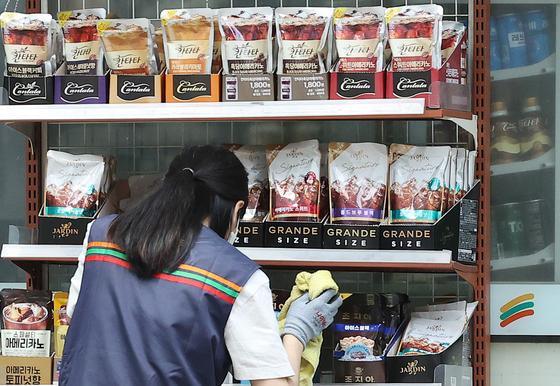 서울의 한 편의점에서 일하는 아르바이트생. 뉴스1