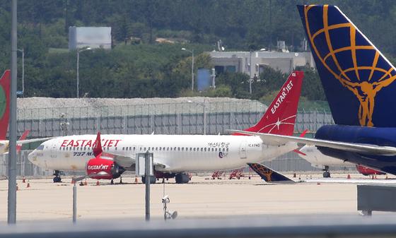 21일 인천국제공항 제1여객터미널 계류장에 이스타항공 여객기가 대기하고 있다. 뉴스1