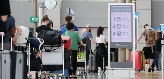 신종 코로나바이러스 감염증(코로나19) 백신 접종을 마친 사람은 조만간 해외 여행을 떠날 수 있을 것으로 보인다. 14일 오후 인천국체공항 제1여객터미널 출국장 체크인 카운터에서 해외 여행객들이 줄을 서 탑승 수속을 하고 있다. 뉴스1