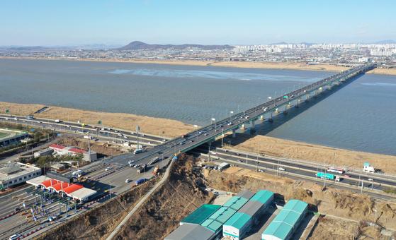 2008년 개통한 일산대교는 한강을 가로지르는 27개 차량용 다리 중에 유일하게 통행료를 받고 있어 주민 반발을 사고 있다. [연합뉴스]