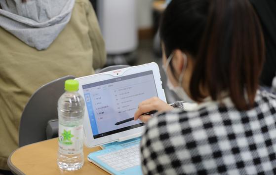 지난 3월 31일 오후 경기도 성남시 복정동에 있는 한 중학교에서 학생들이 AI 학습장치를 활용해 인공지능을 활용한 맞춤형 교육을 하고 있다. 김경록 기자