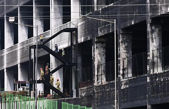 21일 오후 경기도 이천시 마장면 쿠팡 덕평물류센터 화재 현장에서 전문가들이 소방관과 함께 소방활동을 위한 건물 구조 안전진단을 위해 내부로 들어가고 있다. 뉴시스