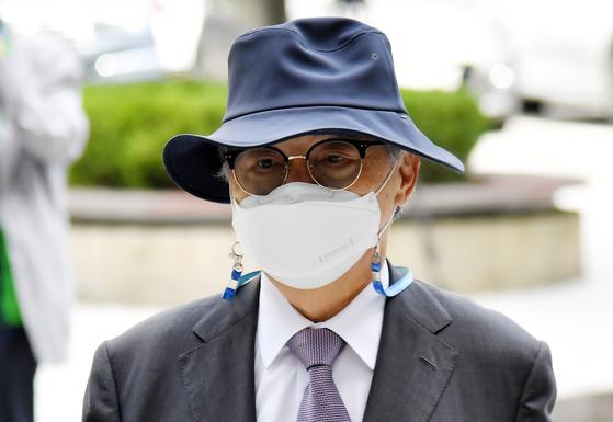 직원 강제추행 등의 혐의로 기소된 오거돈 전 부산시장이 21일 오전 2차 결심공판에 출석하기 위해 부산 연제구 부산지법에서 법정으로 향하고 있다. 송봉근 기자