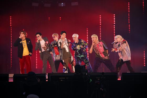 데뷔 8주년을 맞아 지난 13~14일 열린 팬미팅 'BTS 2021 머스터 소우주'에서 공연하고 있는 방탄소년단. [사진 빅히트 뮤직]