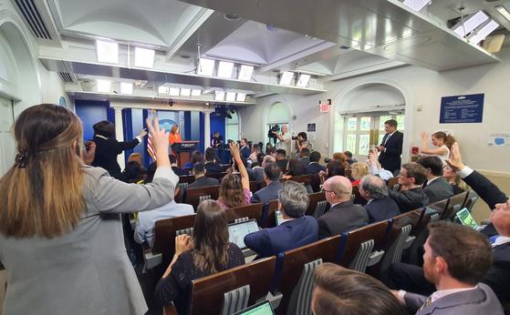 이달부터 전체 수용인원의 100%를 받기로 한 미국 백악관 브리핑실을 가득 채운 기자들이 21일(현지시간) 젠 사키 대변인에게 질문을 하고 있다. [김필규 특파원]