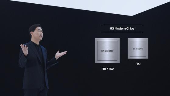 전경훈 삼성전자 네트워크사업부장(사장이) 22일 '삼성 네트워크 : 통신을 재정의하다' 행사에서 새로운 5G 솔루션을 소개하고 있다. [사진 삼성전자]