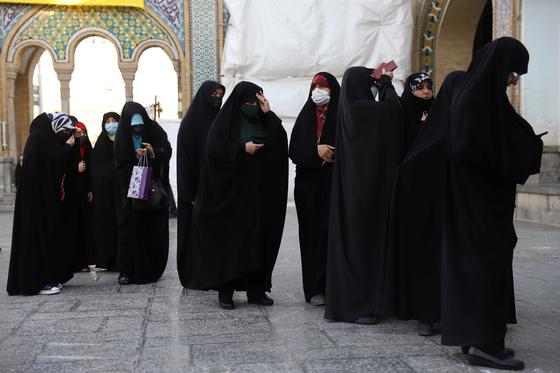 지난 18일 이란의 투표 현장, 온몸을 가리는 차도르를 입거나 검고 짙은 복장을 하는 사람은 보수파이거나 공무원이거나. 정부 자금이 들어간 기관에 다니는 사람일 가능성이 크다. 로이터=연합뉴스