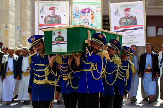 예멘에서 열린 시아파 후티 반군 전사자들의 장례식. 이들은 이란의 지원을 받는 것으로 알려졌다. AFP=연합뉴스