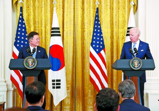 문재인 대통령과 조 바이든 미국 대통령이 지난달 21일 백악관에서 정상회담을 가진 후 공동 기자회견을 하고 있다. [연합뉴스]