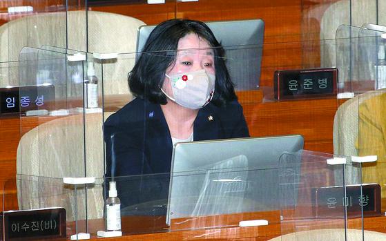 더불어민주당에서 제명된 윤미향 의원이 22일 국회 본회의에 참석해 있다. 오종택 기자