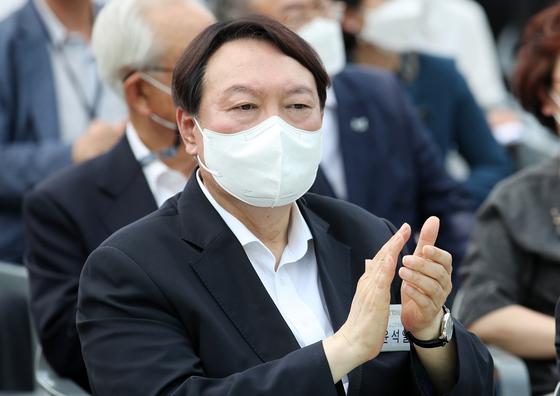 윤석열 전 검찰총장이 9일 오후 서울 중구 남산예장공원 개장식에 참석해 박수치고 있다. 우상조 기자