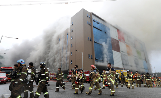 지난 17일 오후 경기도 이천시 마장면에 위치한 쿠팡 덕평 물류센터 화재현장에서 소방관들이 안전지대로 대피하고 있다. 뉴스1