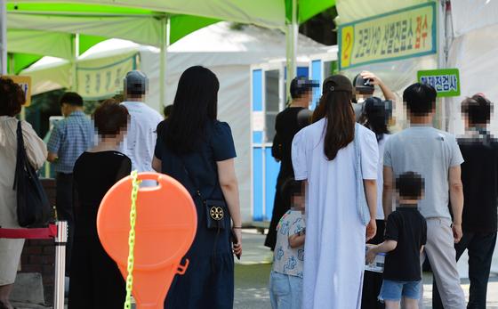 20일 대전의 한 보건소에 마련된 신종 코로나바이러스 감염증(코로나19) 선별진료소을 찾은 시민들이 의료진에게 검사를 받기 위해 차례를 기다리고 있다. 프리랜서 김성태