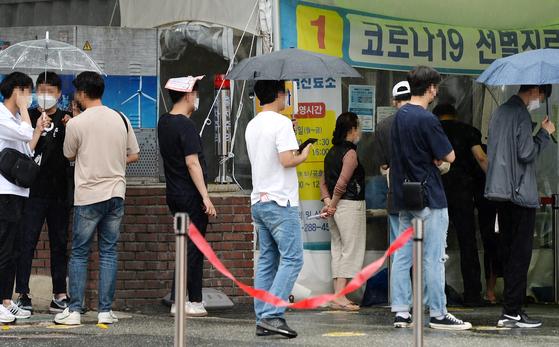 대전지역 한 코로나19 선별진료소에 시민들이 검사를 받기위해 줄을 서 있다. 프리랜서 김성태