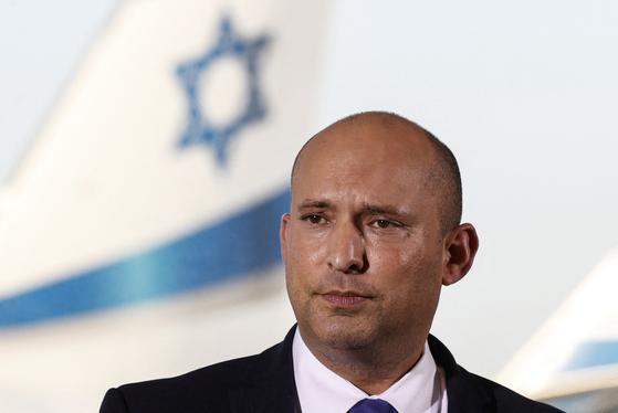 나프탈리 베네트 이스라엘 총리가 22일 벤구리온 국제공항에서 기자회견을 열고 있다. [AFP=연합뉴스]